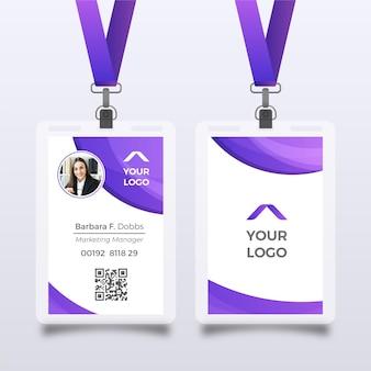 Plantilla de tarjeta de identificación morada con foto
