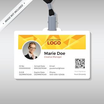 Plantilla de tarjeta de identificación multiusos con fondo de pirámide amarilla