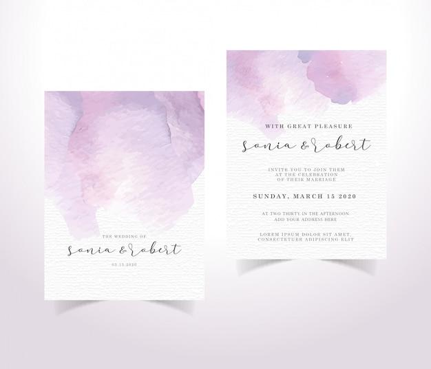 Plantilla de tarjeta de invitación acuarela con pinceladas púrpuras