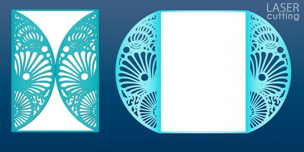 Plantilla de tarjeta de invitación de boda cortada con láser en estilo marinero. tarjeta de papel troquelada con patrón de conchas y estrellas. tarjeta de plegado de la puerta de papel para corte por láser o plantilla de troquelado.
