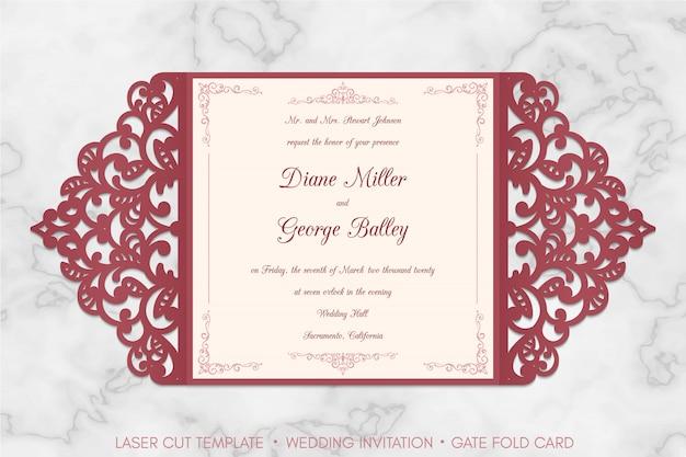 Plantilla de tarjeta de invitación de boda de corte de puerta de corte láser sobre fondo de mármol.