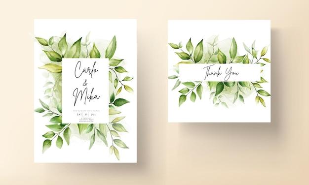 Plantilla de tarjeta de invitación de boda con hermosas hojas verdes en fondo de tinta de alcohol vector gratuito