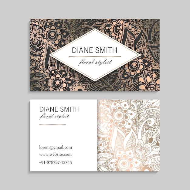 Plantilla de tarjeta de visita dorada de lujo con flores dibujadas a mano zentangle