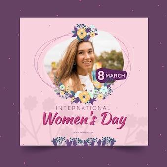 Plantilla de volante cuadrado del día internacional de la mujer con mujer y flores