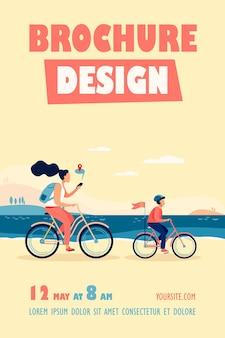 Plantilla de volante de mamá e hijo en bicicleta a lo largo de la costa
