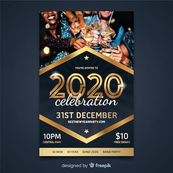 Plantilla de volante para el nuevo año 2020 con personas bebiendo champaña