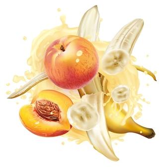 Plátanos y melocotones en un chorrito de batido o yogur sobre un fondo blanco.