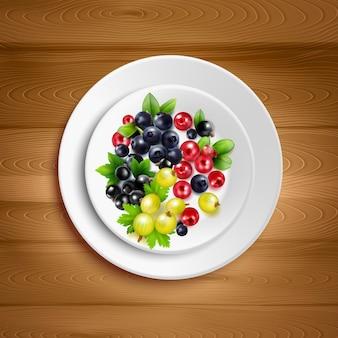 Plato blanco con colorida mezcla de racimos de bayas