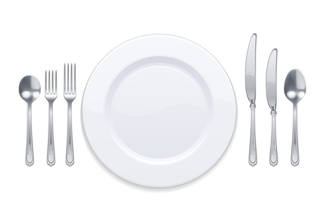 Plato blanco y cubiertos de plata aislado en blanco