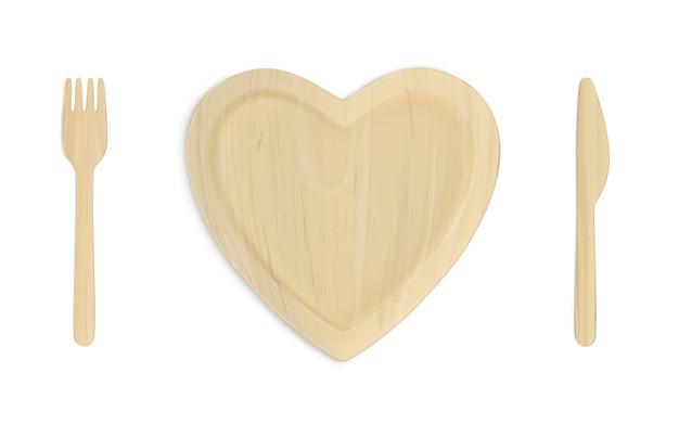 Plato corazón de madera con tenedor y cuchillo