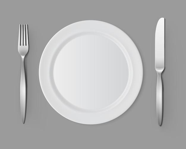 Plato redondo blanco vacío con tenedor cuchillo mesa configuración