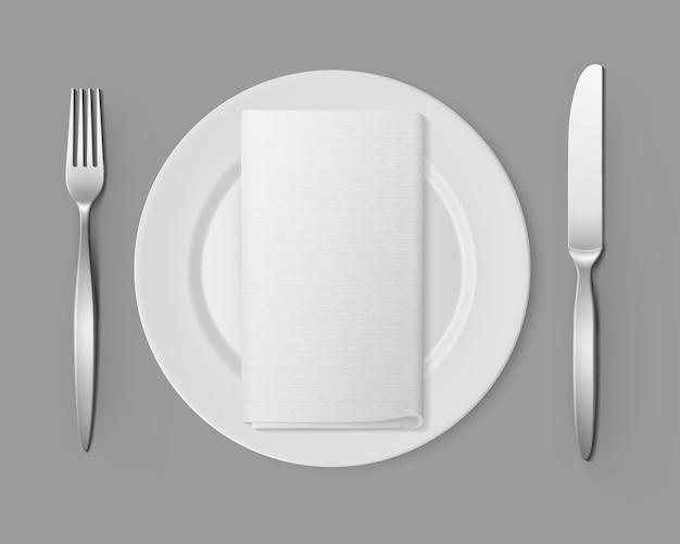 Plato redondo vacío blanco con tenedor plata cuchillo servilleta rectangular