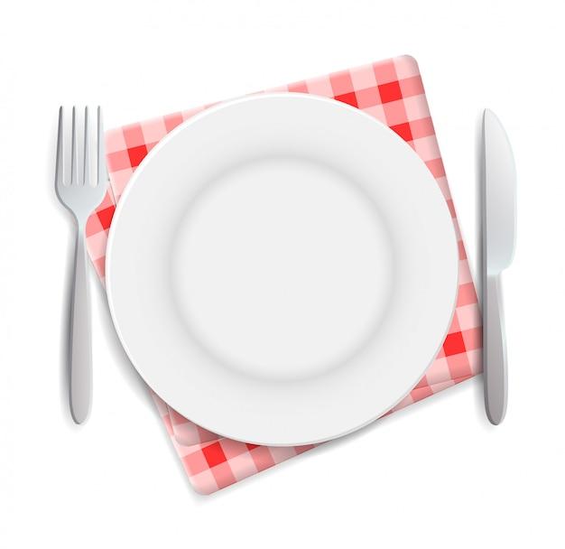 Plato vacío realista, tenedor y cuchillo servidos en servilleta roja a cuadros
