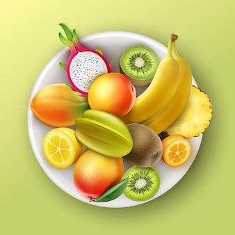 Plato de vector lleno de frutas tropicales piña, kiwi, mango, papaya, plátano, dragonfruit, melocotón, vista superior de limón kumquat aislado sobre fondo