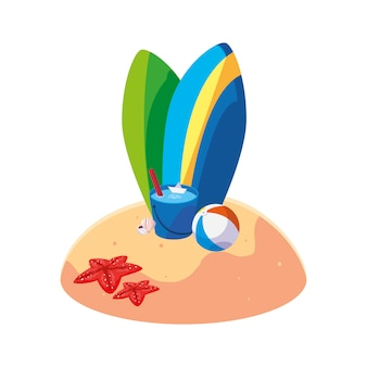 Playa de arena de verano con escena de tablas de surf.