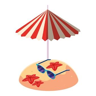 Playa de arena de verano con sombrilla y gafas de sol.