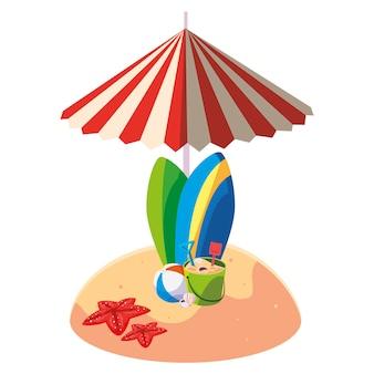 Playa de arena de verano con sombrilla y tablas de surf.