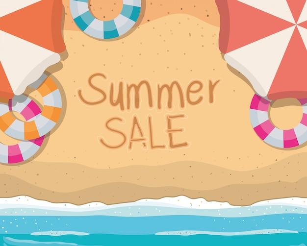 Playa con diseño de vector de vista superior de flotadores y sombrillas de venta de verano