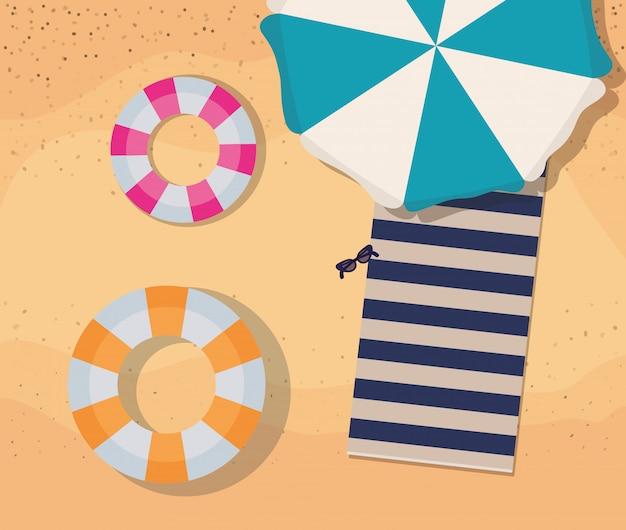 Playa con diseño de vector de vista superior de paraguas y flotadores de toalla