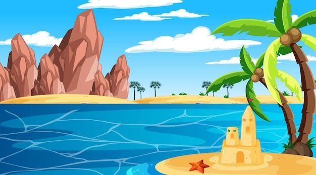Playa en la escena del paisaje diurno con castillo de arena y palmera