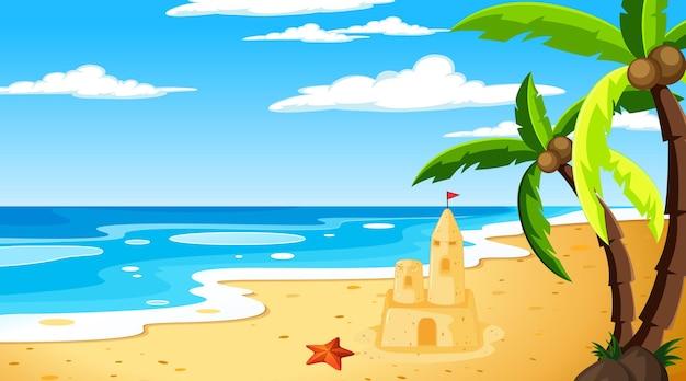Playa en la escena del paisaje diurno con el cielo.