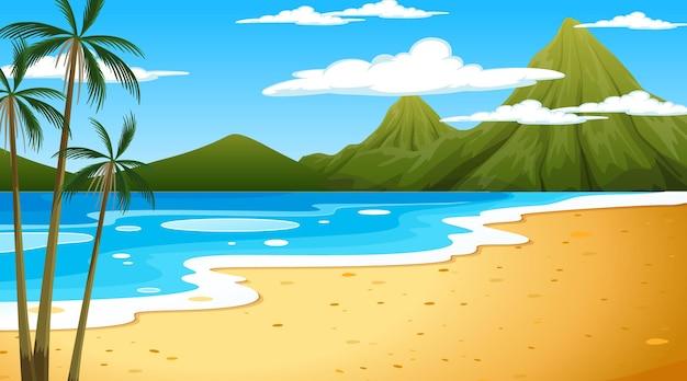 Playa en la escena del paisaje diurno con fondo de montaña