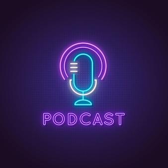 Podcast de neón. icono de micrófono de estudio brillante.