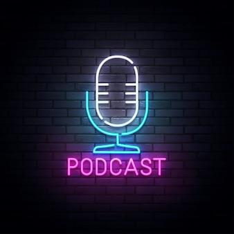 Podcast de neón, letrero luminoso, luz de banner. podcast logo neón, emblema y etiqueta. ilustración