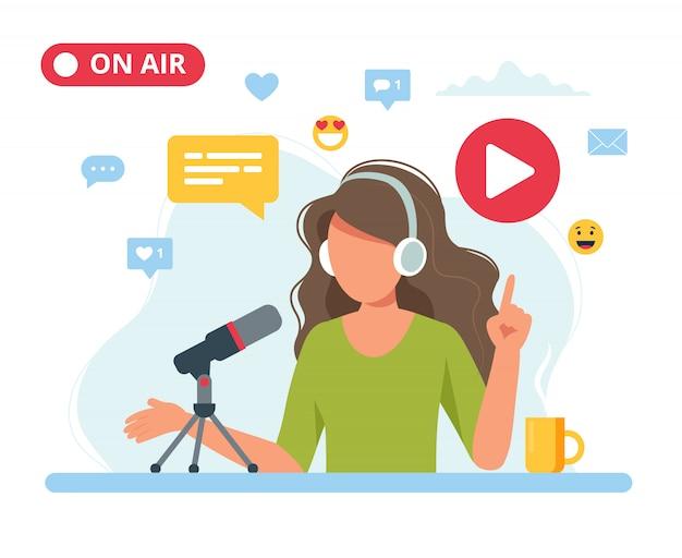 Podcaster femenino hablando con micrófono grabación podcast en estudio.