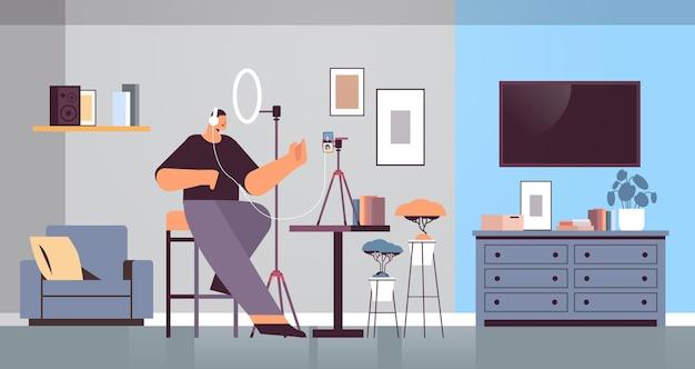 Podcaster masculino hablando con micrófono, grabación de video blog en estudio, podcasting, transmisión de radio en línea, concepto de transmisión en vivo horizontal de longitud completa