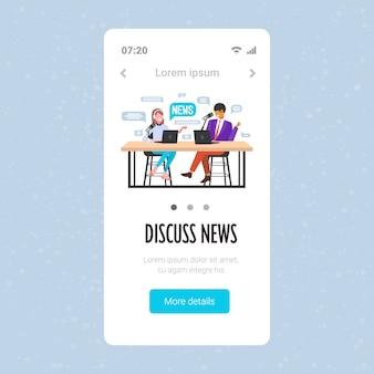 Podcasters discutiendo podcast de grabación de noticias diarias en el concepto de radio online de podcasting de estudio