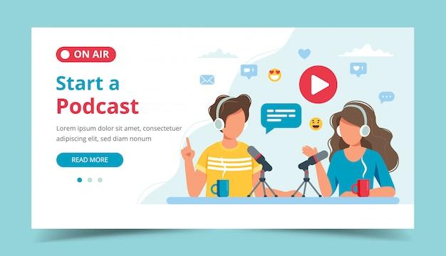 Podcasters hablando con micrófono grabando podcast en estudio.