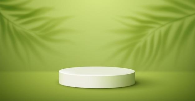 Podio de producto blanco y sombra de hojas de palmeras tropicales sobre fondo verde