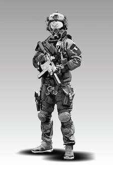 Policía armada militar preparándose para disparar con rifle automático.