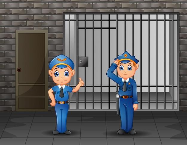 La policía vigilando una celda de la prisión.