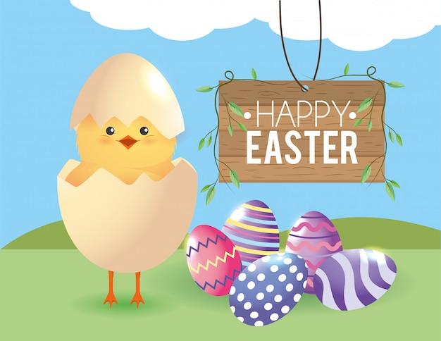 Pollito con huevo roto y decoración de huevos de pascua.