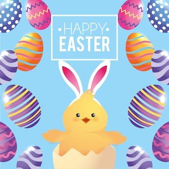 Pollito vistiendo orejas de conejo con decoración de huevos.