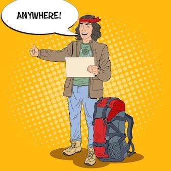 Pop art sonriente hombre haciendo autostop viajar con mochila.