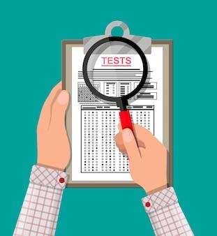 Portapapeles con hoja de respuestas de examen en mano