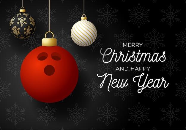 Postal deportiva de lujo feliz navidad y próspero año nuevo. bola de boliche como bola de navidad sobre fondo negro.
