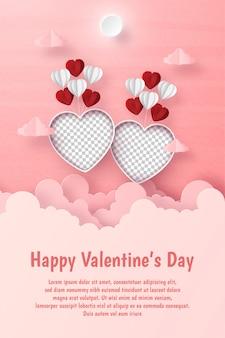 Postal de san valentín, foto en forma de corazón en blanco con globo flotando en el cielo con copyspace