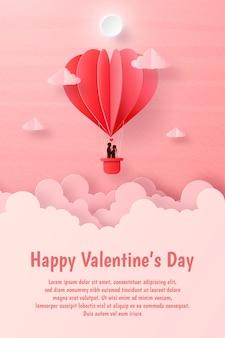 Postal de san valentín, pareja en el globo en forma de corazón en el cielo con copyspace