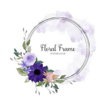 Preciosa guirnalda floral morada con mancha de acuarela abstracta