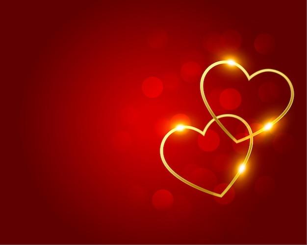 Preciosos corazones dorados sobre fondo rojo bokeh