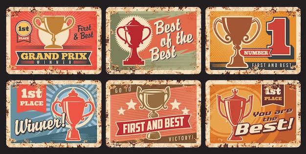 Premio ganador, trofeo de la copa y premio campeón vector carteles de chapa. campeón deportivo o recompensa por logros, copas y cuencos de oro, estrellas y cintas, pancartas de metal grunge con efecto oxidado, diseño de éxito