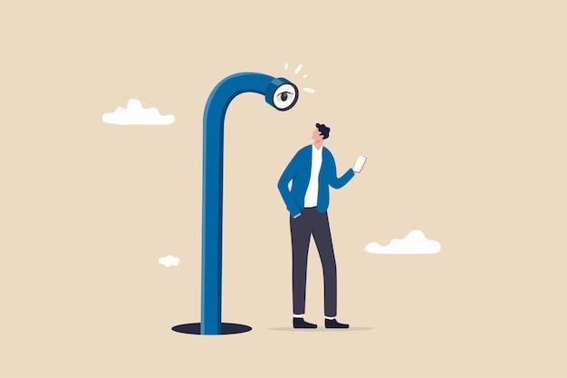 Privacidad móvil, aplicación que rastrea todos los comportamientos de los usuarios para marketing, protección de datos o concepto de software espía, un hombre adulto joven que usa una aplicación móvil o un teléfono inteligente y encuentra un periscopio mirándolo desde atrás.