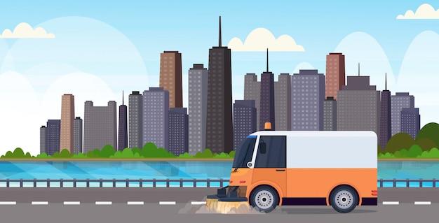 Proceso de limpieza de la máquina barredora de calles, vehículo industrial, concepto de servicio de carreteras urbanas, fondo de paisaje urbano moderno, plano horizontal
