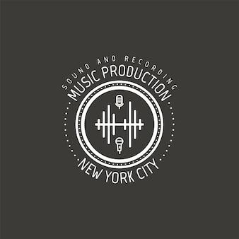Producción musical. etiqueta de vector de la ciudad de nueva york, insignia, logo emblema con instrumento musical. ilustración vectorial de stock aislada sobre fondo oscuro.