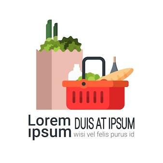 Productos de comestibles en bolsa de papel y cesta de compras aislada