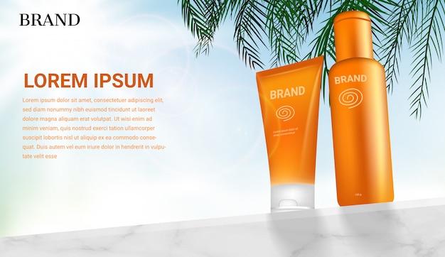 Productos cosméticos de protección solar en la pared de mármol con hojas de coco sobre fondo de cielo claro brillante